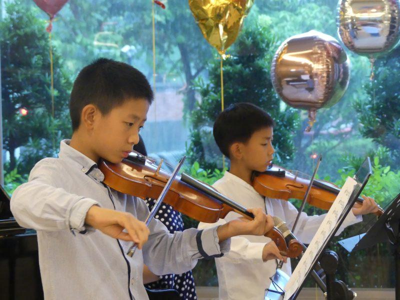圖一、七歲小提琴手陳如恩及十歲小提琴手陳如一為長輩獻曲,與長輩一搭一唱,老幼共融為生命故事音樂會添加活力與溫馨色彩。
