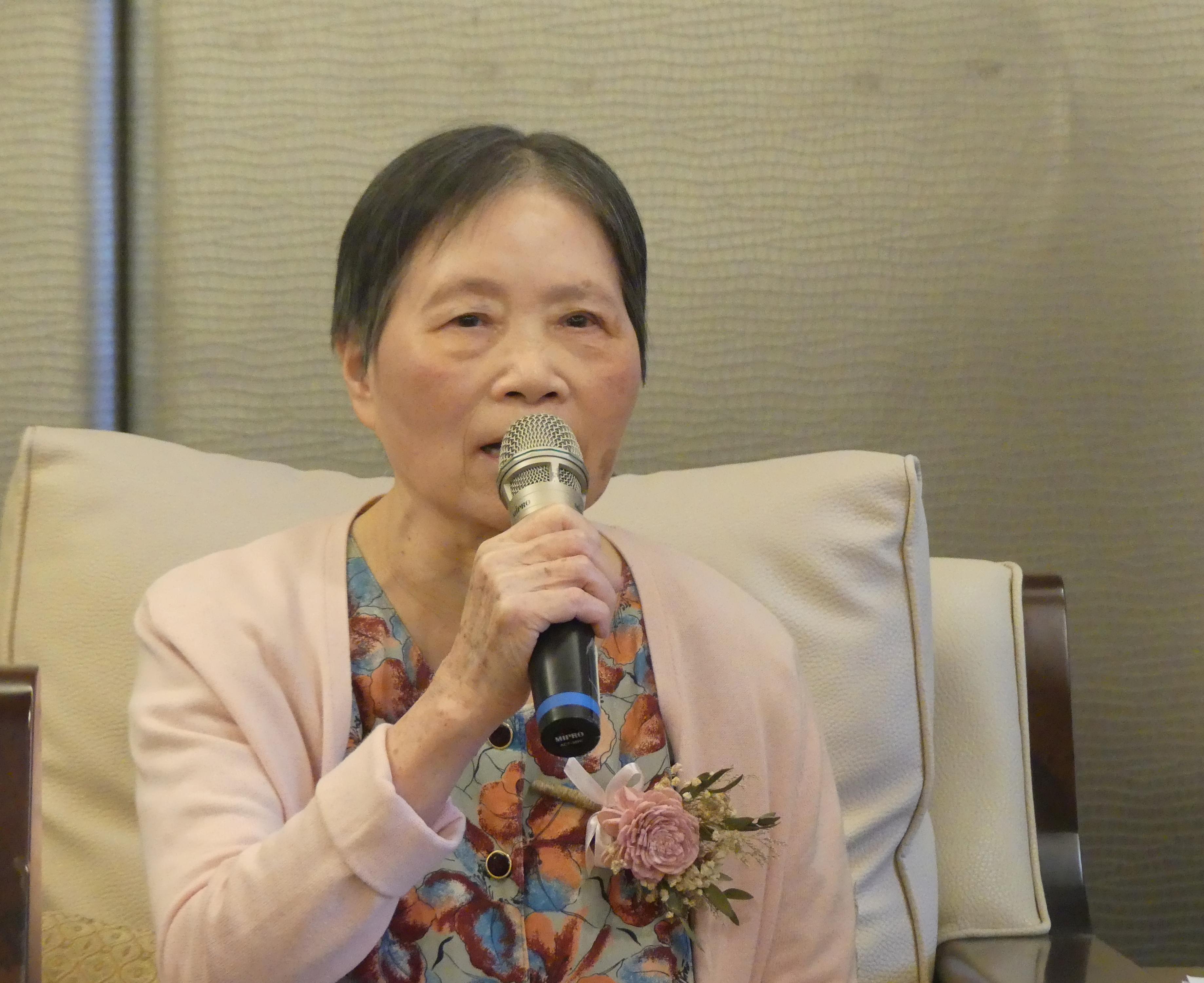 圖四、年邁79歲的李奶奶,字句鏗鏘有力,與大家分享自己在養老院居住的生活,此外,亦大方侃侃而談對於死亡充滿樂觀及開放的態度。