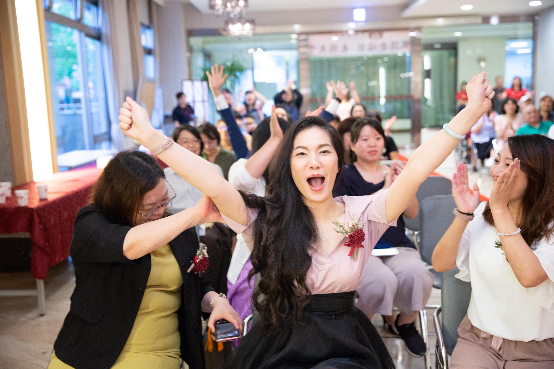 圖5 清福護理之家奪得本屆最大獎「優質照護機構獎」首獎,機構長陳芳琳(左二)及其團隊欣喜之情溢於言表。