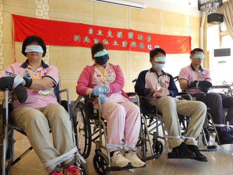 01圖一:三峽清福養老院於11月舉辦10場「自立支援體驗營」,全院250位照顧服務員及護理人員參與其中,培訓長照第一線工作人員都能以「人」為本照顧長輩。