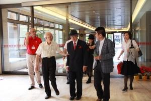 清福養老院總經理陳文堯(圖左二)熱情接待愛知和男(圖中)