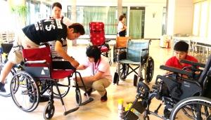 報名參加輔具保養清潔的輪椅