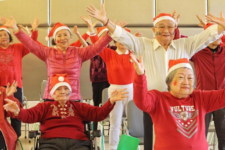 爺爺奶奶聖誕節快閃表演 驚喜登場