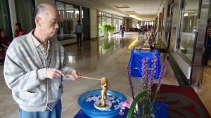 鮮花、佛像、清涼水,浴佛會場