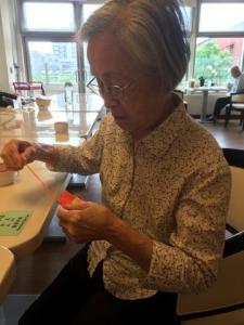 阿嬤戴起眼鏡做拿手的針線活兒