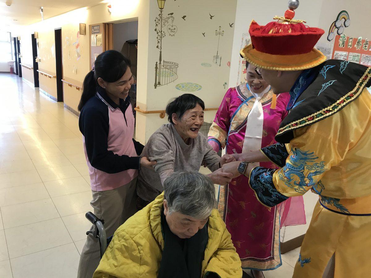 圖五:長輩看到院長裝扮成的皇帝,笑得很開心