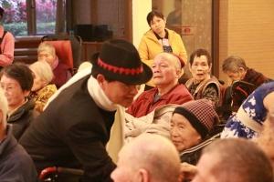 表演者一一和長輩握手 感動又欣喜